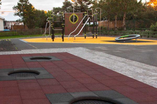 leikvolldur-karsnesskoli-hellulagnir-nidurgrafid-trampolin-gummihellur-stjornugarsdar